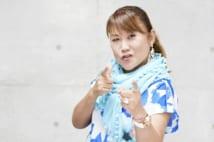 カメラに向かってポーズを取る山田邦子
