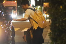 山里亮太、タクシーから蒼井優運転車に乗り換えのラブラブ姿
