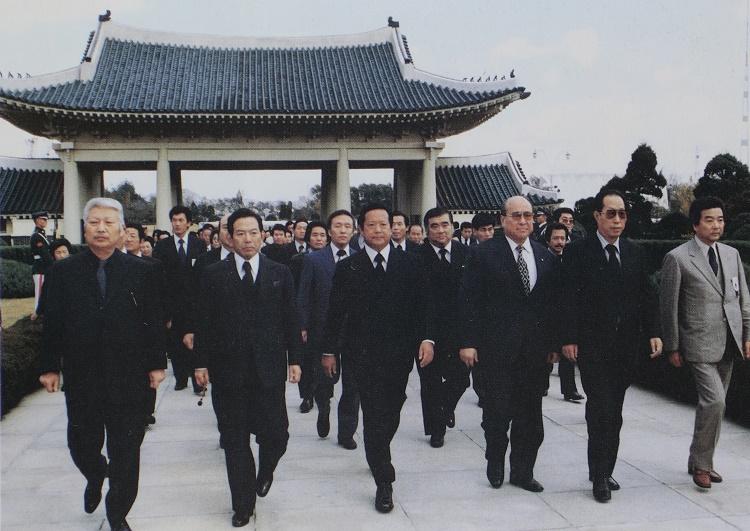 ソウルの国立墓地を訪ねた柳川次郎(左端。出典:日韓親善友愛10年小史)