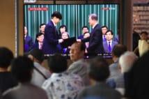 「チョ・グク氏法相任命」のテレビニュースに見入るソウル市民(AFP=時事)