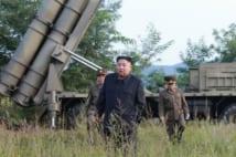 挑発は止む気配がない(9月11日、ミサイル試射に立ち会った金正恩委員長。AFP=時事)