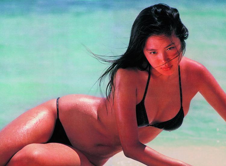 浅野温子、ブレイク直前19歳のビキニ