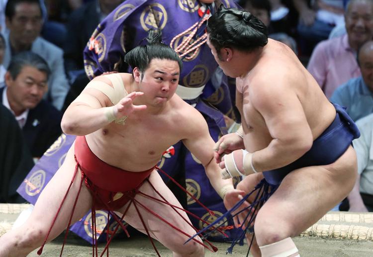 栃煌山(右)を攻める炎鵬=11日、愛知・ドルフィンズアリーナ