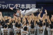 5年ぶりのリーグ優勝を決め胴上げされる原辰徳監督(写真:時事通信フォト)