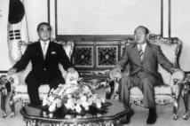全斗煥韓国大統領(右)と会談する中曽根康弘首相(時事通信フォト)