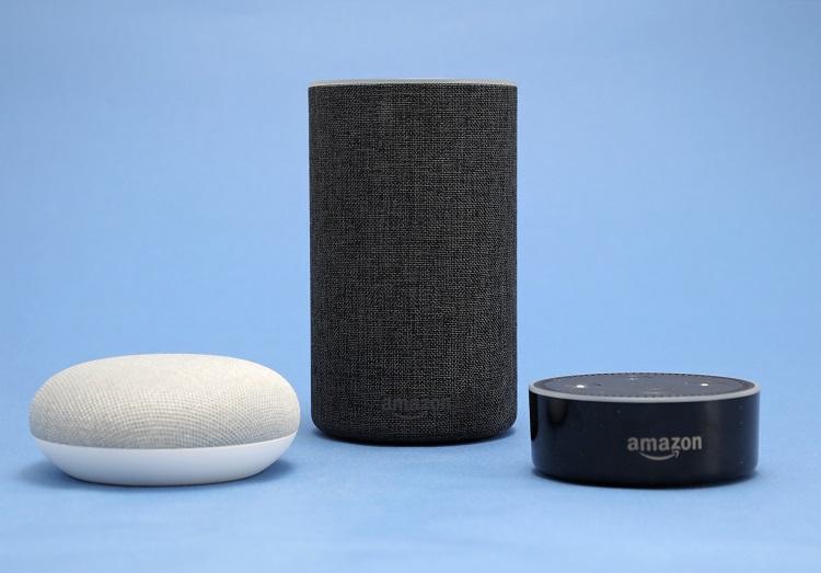グーグル(左)とアマゾンのスマートスピーカー(時事通信フォト)