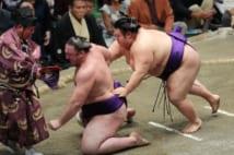 秋場所11日目、栃ノ心(左)を送り出しで破った貴景勝(写真:時事通信フォト)