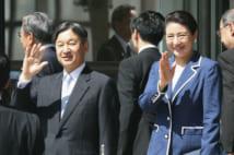 秋田空港で沿道の人たちに手を振られる天皇、皇后両陛下(時事通信フォト)