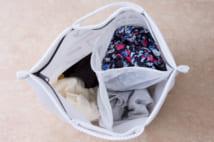 仕切りのある洗濯ネットなどを使い、人別に分けて洗うと手軽