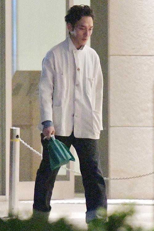デニムに白のジャケットを着たシンプルな着こなし