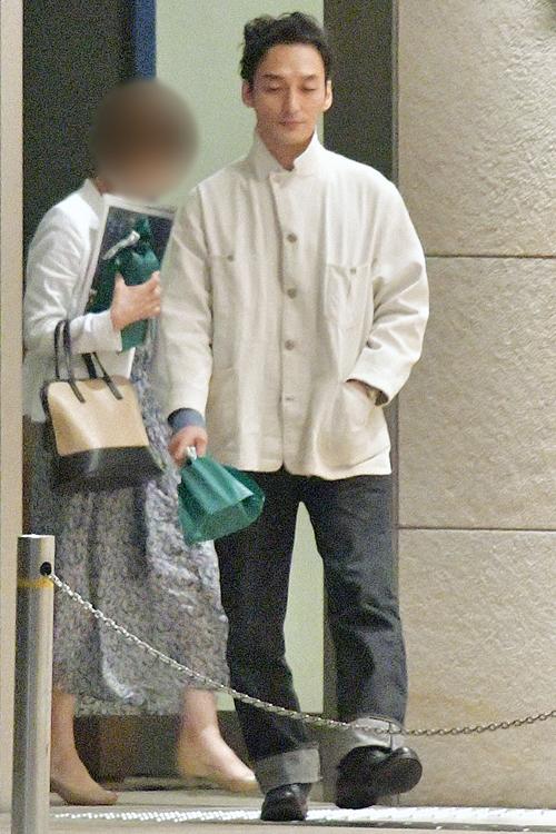 所属事務所の女性社長と現れた草なぎ(写真は2019年)
