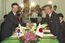 日韓外相会談の冒頭、握手を交わす韓昇洲韓国外相(左)と河野洋平外相(共同)