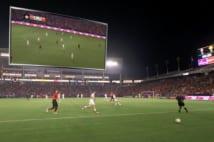 VR観戦画面。左上の画像で同時にピッチ全体を確認できる。