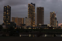 台風19号の影響で停電した武蔵小杉のマンション(時事通信フォト)