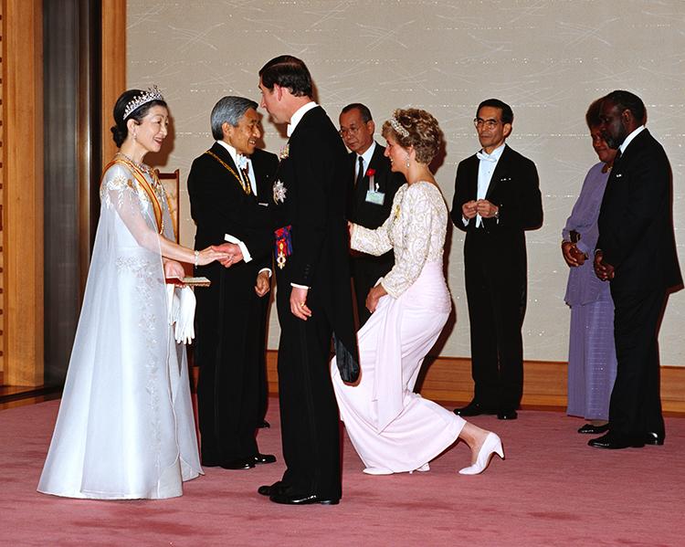 饗宴の儀で、チャールズ皇太子とダイアナ元妃の挨拶を受ける当時の両陛下(本誌撮影)