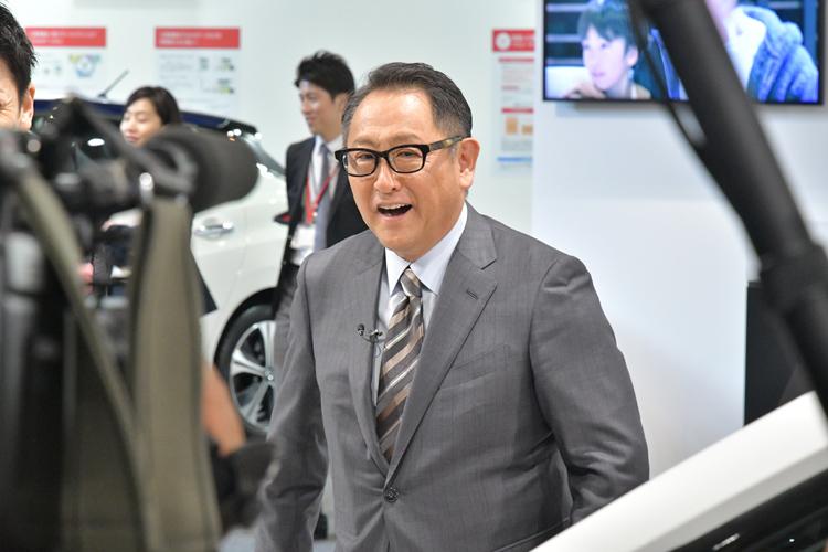東京モーターショーの会場で取材を受ける豊田章男・トヨタ自動車社長(撮影/渡辺利博)