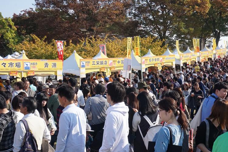 毎年多くの人で賑わう「宇都宮餃子祭り」(時事通信フォト)