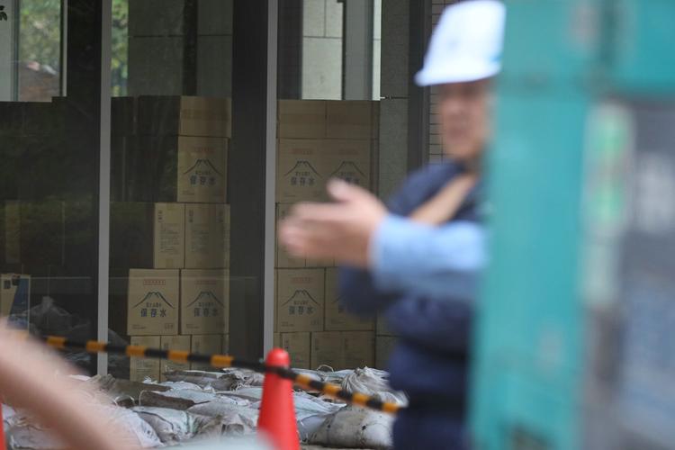 停電や断水に見舞われた武蔵小杉のマンションに置かれた保存水(10月16日/時事通信フォト)