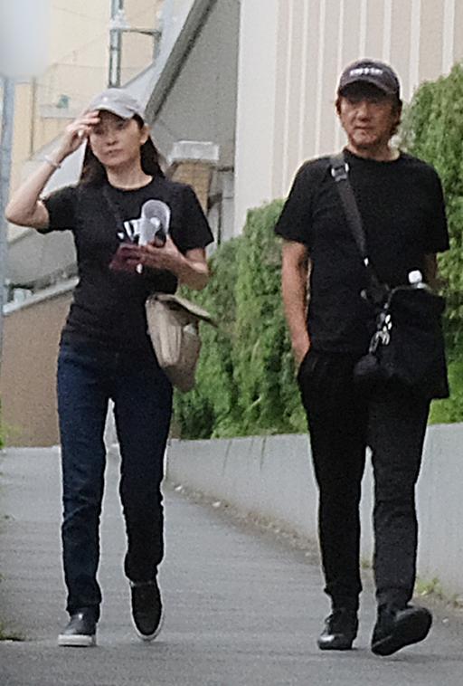 篠原&市村夫妻。全身黒のペアルックで運動会へ