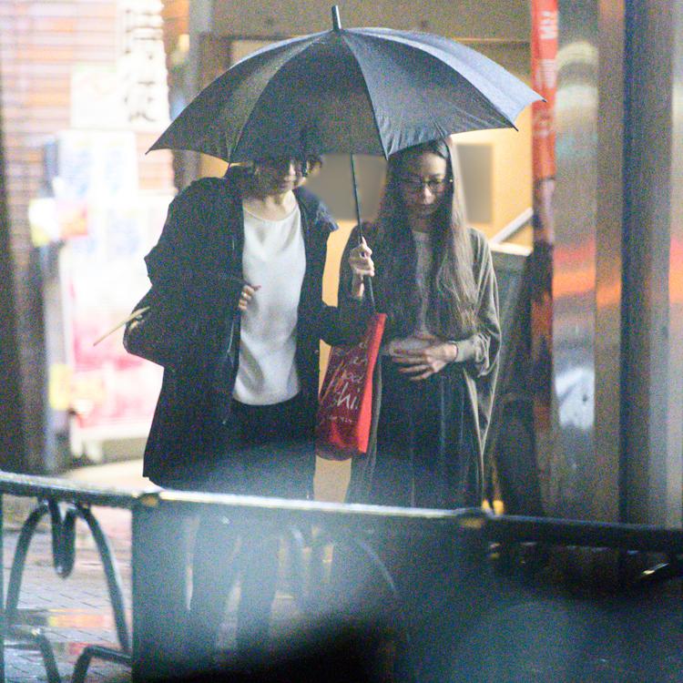 伊藤と趣里は傘を指して歩く