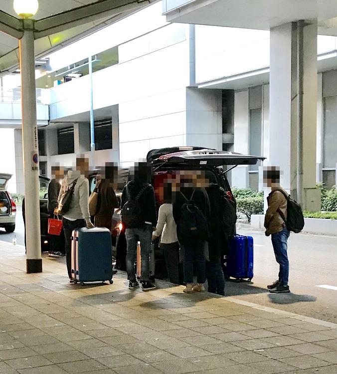 中国人観光客向け白タクと見られる車(時事通信フォト)