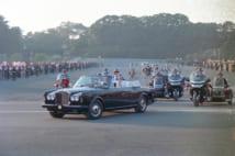 祝賀パレードに出発される天皇、皇后両陛下=東京・皇居前広場(時事通信フォト)