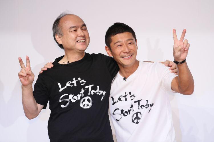孫氏と肩を組みピースサインで撮影に応じる前澤友作氏(時事通信フォト)
