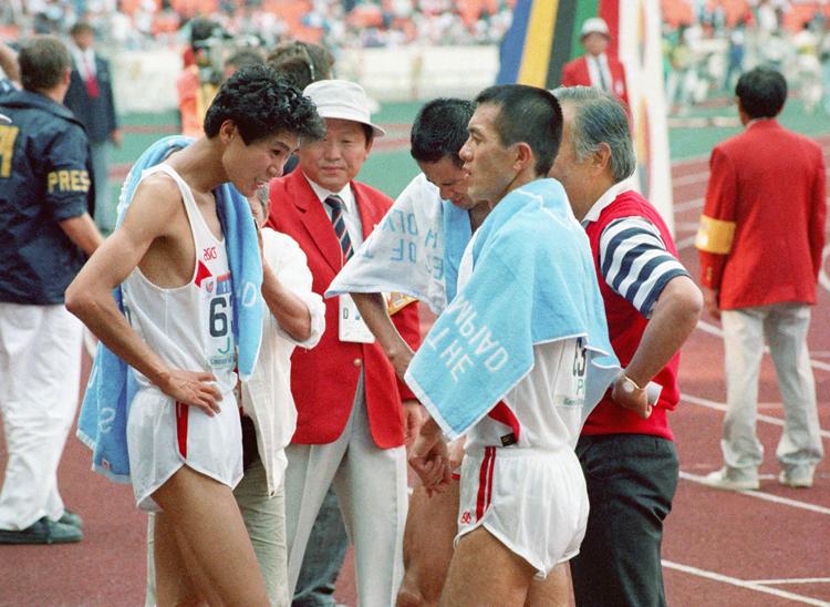 同時期に激しく競い合った中山竹通(左)と瀬古利彦(時事通信フォト)