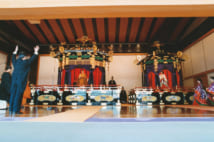 即位の礼・「即位礼正殿の儀」で万歳三唱する海部俊樹首相(当時。時事通信フォト)