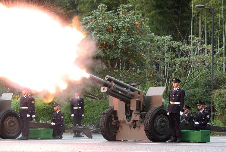 「即位礼正殿の儀」に合わせて打ち鳴らされた陸上自衛隊の礼砲(時事通信フォト)