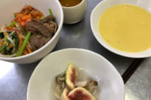 この日のメニューは韓国風焼肉とナムルのビビンパ、クリームコーンスープ、いちじくときのこの秋の酢の物