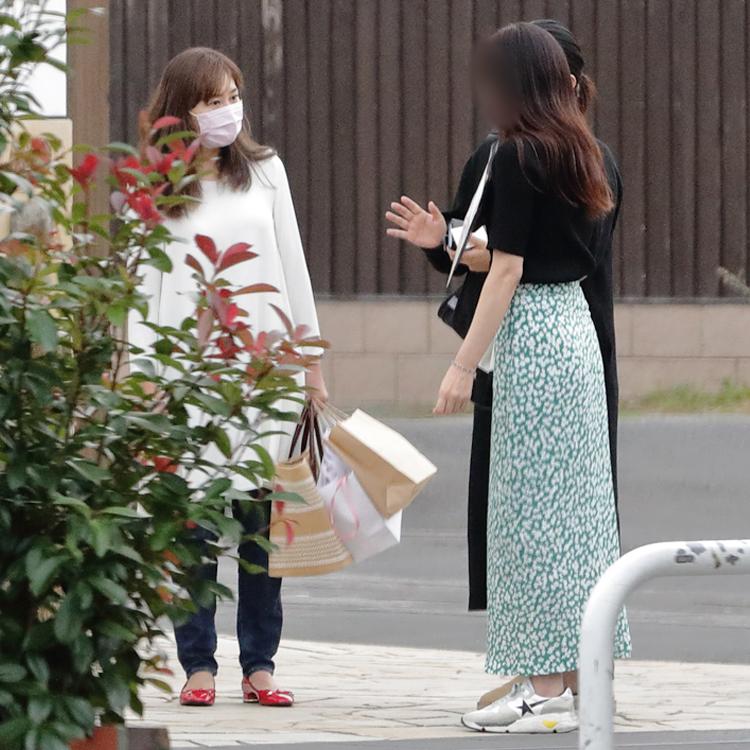 10分間、記者の質問に答えたKEIKOと姉(写真右)