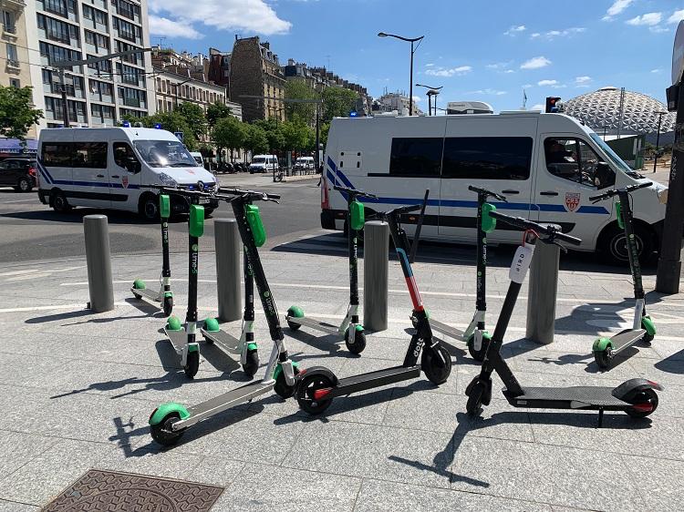パリの街中にある電動キックボード。スマホアプリ経由で借りる。