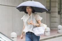 女優らしくばっちり日傘でガード