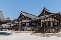 左から皇霊殿、賢所、神殿。総称して、宮中三殿、もしくは賢所と呼ばれる(宮内庁提供)