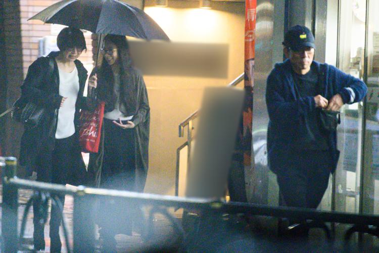妻と娘に傘を持たせ、颯爽と歩く水谷豊
