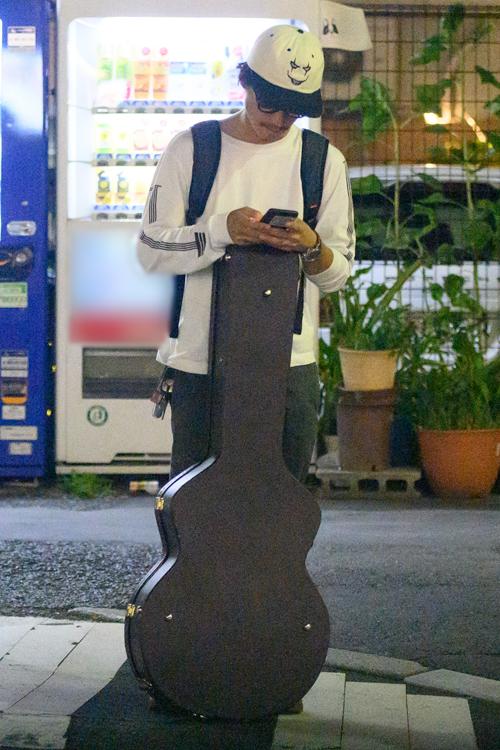 ギターを持ち歩く錦戸亮
