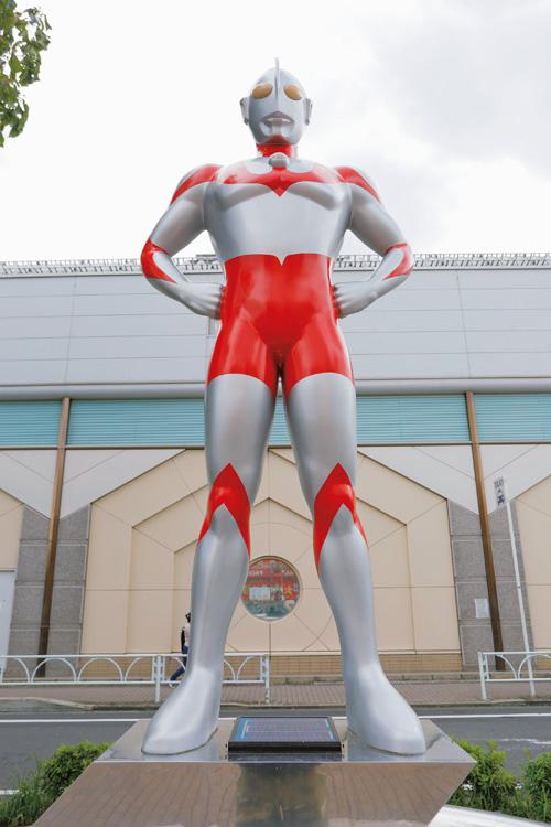 街に建つウルトラマン像(C)円谷プロ