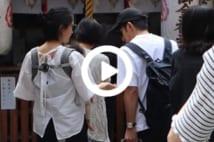 【動画】岡田准一と宮崎あおい 子連れで「金運神社」参拝姿