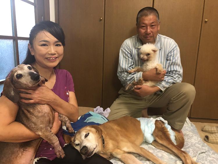 保護犬・猫に自宅を開放する原奈弓さん(左。撮影/神史子)