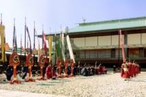 平成の「即位礼正殿の儀」の時の、皇居・正殿前の中庭の様子。古装束姿の宮内庁職員らの奥に見えるのが白梅の木。(1990年11月12日、共同通信社)