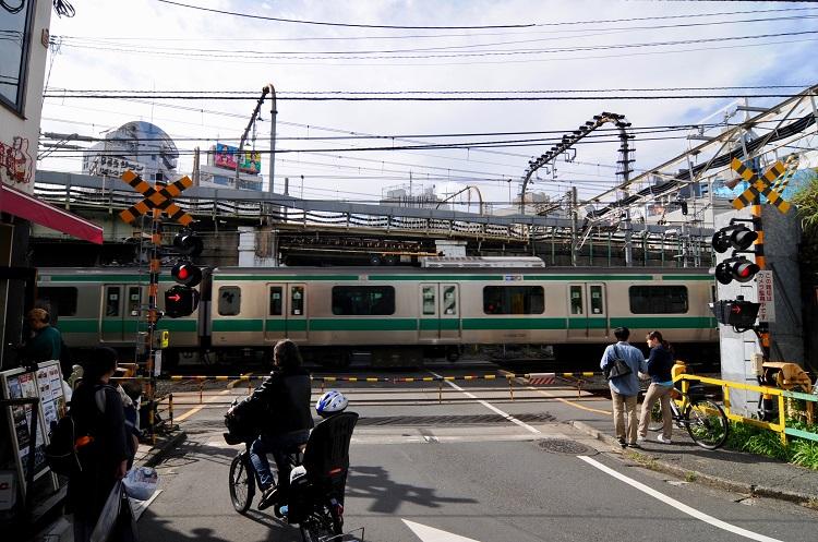 代々木駅南側にある厩道踏切。埼京線が通過中