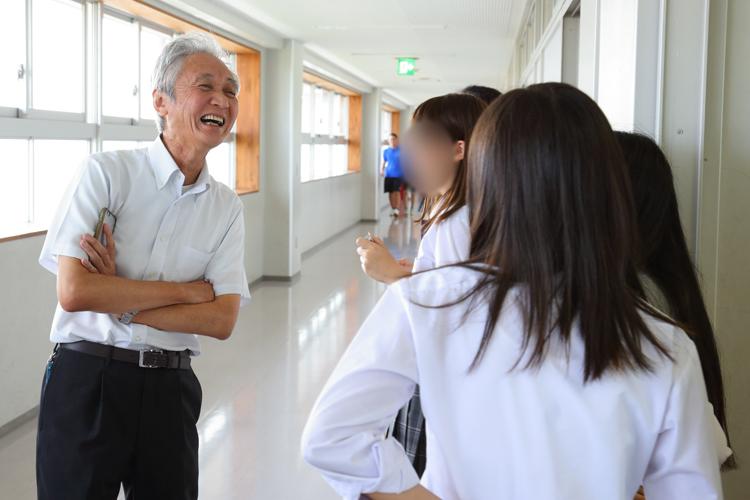 1日1回は校内を回るのが校長・西郷さんの日課。生徒の些細な変化にも気づきやすくなるという