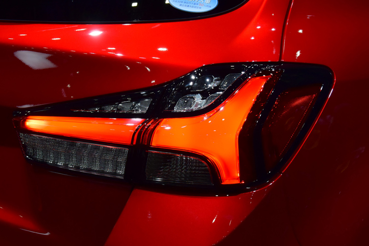 テールランプやバンパーのデザインも変更した新RVR