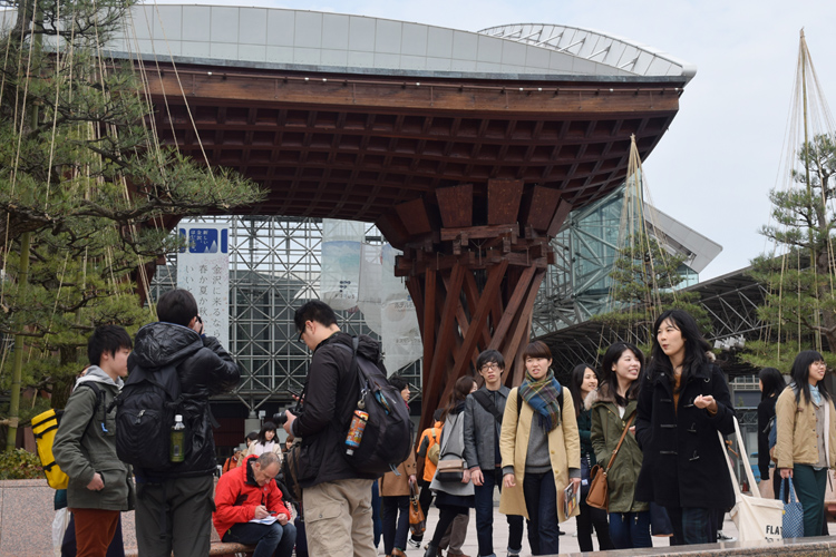 多くの観光客で賑わう金沢駅(時事通信フォト)