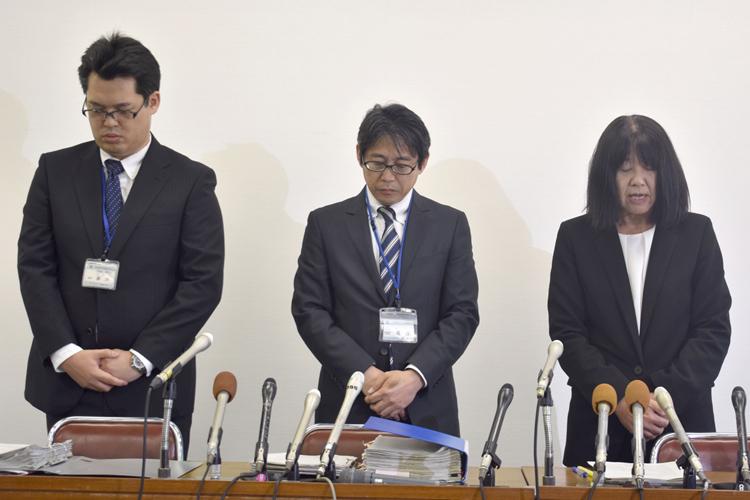神戸・教師間いじめ問題で会見する小学校校長ら(時事通信フォト)