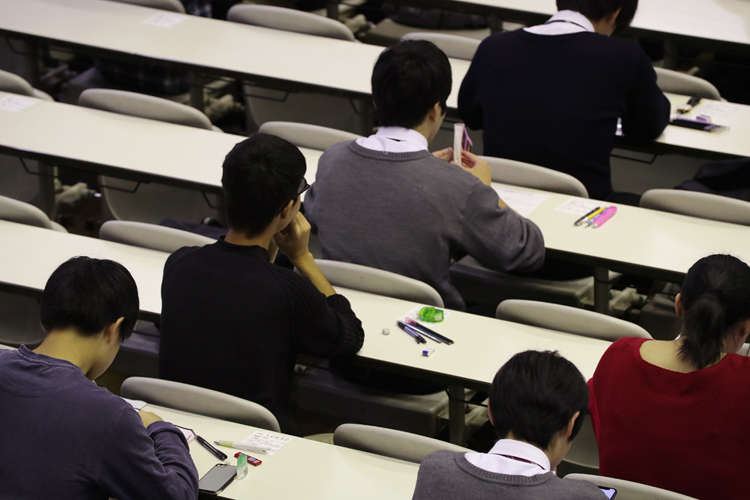 大学入学共通テストのプレテストに挑む受験生(時事通信フォト)