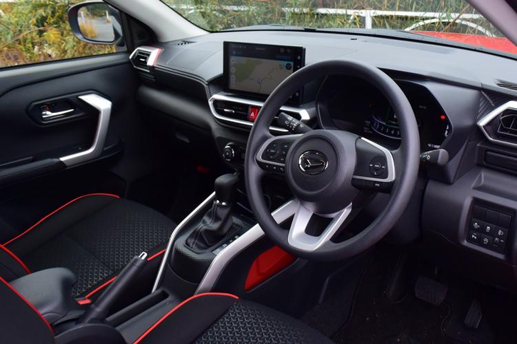 SUVならではのスポーティーさも併せ持つダイハツ「ロッキー」の運転席