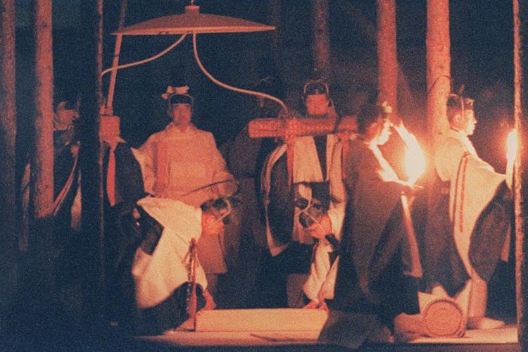 大嘗祭で執り行われる儀式は謎に包まれている。写真は平成2年11月22日、大嘗祭に臨まれた当時の天皇陛下(共同通信社)