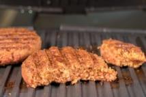 植物由来の成分でつくられたベジタリアン向けハンバーガーのパティ(写真:アフロ)